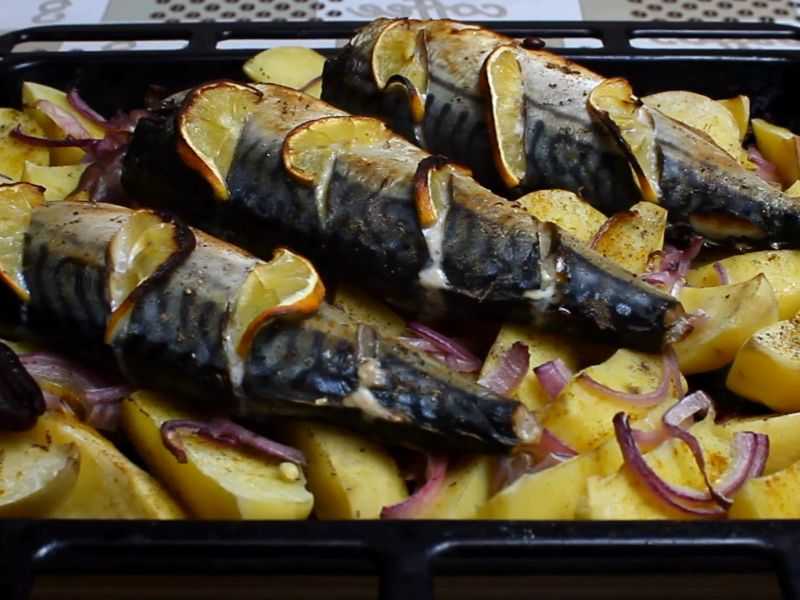 Скумбрия запечённая в духовке — быстро и вкусно