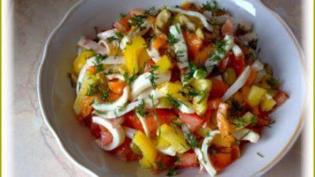 Оригинальный салат с кальмарами и перцем болгарским