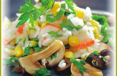 Простой салат с крабовыми палочками и грибами