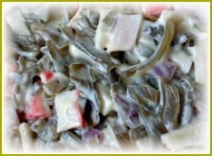 Salat iz morskoi kapusty s krabovymi palochkami